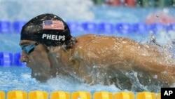 Aksi perenang Michael Phelps dalam pertandingan babak semi final lomba gaya kupu-kupu 200 meter di Aquatic Centre, Olimpiade London 2012 (30/7).