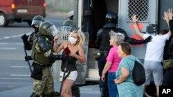 ស្រ្តីម្នាក់ប្រតាយប្រតាប់ជាមួយនឹងប៉ូលិសអំឡុងពេលបាតុកម្មប្រឆាំងនឹងលទ្ធផលការបោះឆ្នោត នៅក្រុង Minsk ប្រទេសបេឡារុស កាលពីថ្ងៃទី១១ ខែសីហា ឆ្នាំ២០២០។
