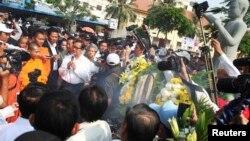 柬埔寨救國黨領導人桑蘭西(左﹐白衣)星期三紀念前工會領導謝維界被 暗殺10周年中講話。