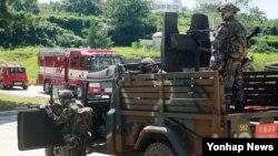 을지프리덤가디언(UFG) 연습이 시행된 지난해 8월 군인들이 백령도 주민대피소 앞에서 군인들이 경계근무를 하고 있다.