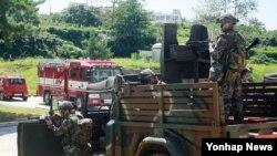 2013 을지프리덤가디언(UFG) 연습이 시행된 19일 인천시 옹진군 백령도의 주민대피소 앞에서 군인들이 경계근무를 하고 있다.