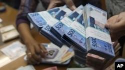 Suasana di salah satu tempat penukaran mata uang di Jakarta, Indonesia (Foto: dok).