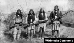 지난 1886년 제로니모와 그의 동료들이 총을 들고 사진촬영을 하고 있다.