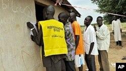 جنوبی سوڈان کے ایک علاقے میں لوگ ووٹرز لسٹ میں نام درج کروارہے ہیں، 16 نومبر، 2010