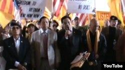 Đoàn biểu tình, ngoài cư dân của thành phố Riverside còn có nhiều cư dân gốc Việt từ khu vực Little Sài Gòn của quận Cam, tập trung trước Tòa Thị Chính, giương cờ Mỹ và cờ Việt Nam cộng hòa.