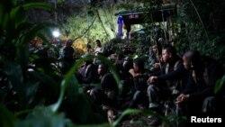 泰国军队准备进入溶洞解救被困青少年足球队员