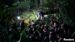 تھائی فوج کے ماہر غوطہ خور اور غیر ملکی ٹیموں کے ارکان غار میں داخل ہو رہے ہیں۔