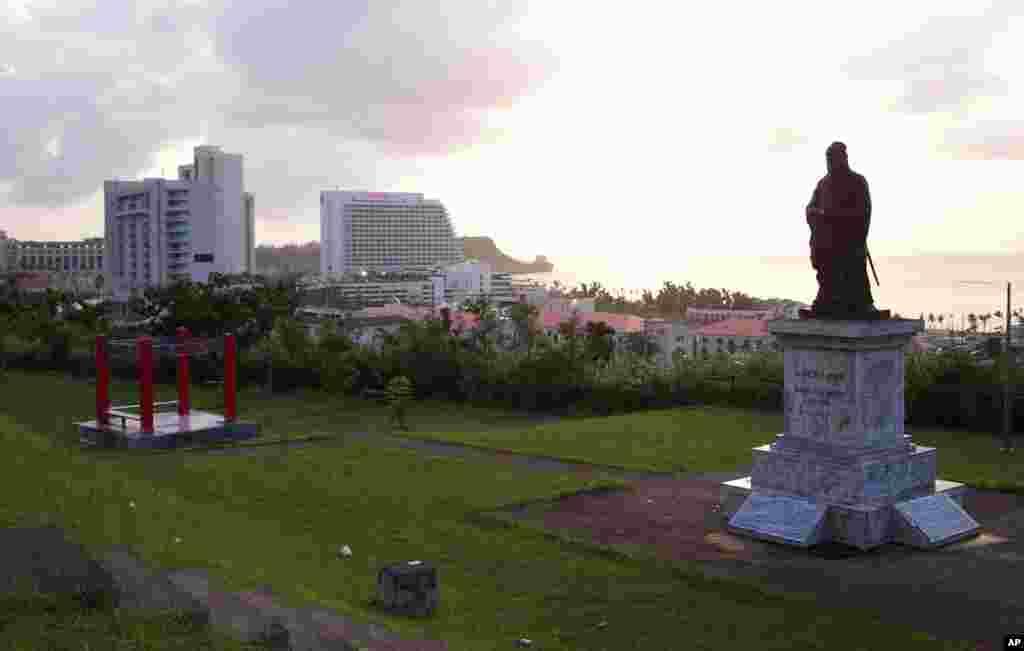 华人墓园的中国哲学家孔子雕像俯瞰关岛的主要旅游区(资料照)。关岛是距离中国最近的美国领地,所以成为中国人赴美游的热点之一。四季温暖,碧海金沙,人文资源,商品免征进出口税从而有利于购物,这些都吸引了许多游客。