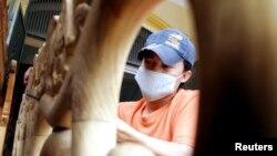 Một thợ tiện làm việc tại một xưởng sản xuất đồ gỗ nội thất ở Hà Nội. Việt Nam là thị trường nhập khẩu đồ gỗ nội thất lớn nhất của Mỹ trong năm 2019 và đã bị USTR điều tra về nguồn gốc gỗ sử dụng được cho là phi pháp.