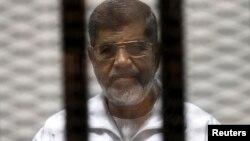 Svrgnuti egipatski predsednik Mohamed Morsi u sudnici u Kairu (arhivski snimak)