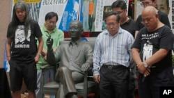 香港民主活動人士12號在劉曉波銅像揭幕儀式上默哀