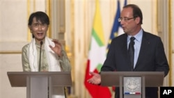 Aung San Suu Kyi (kiri) saat melakukan konferensi pers bersama Presiden Perancis Francois Hollande di istana Elysee, Paris Selasa (26/6).
