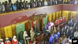 A tsakiyar wan nan hoto,shugaba Mwai Kibaki ne yake jawabi ga zaman majalisar dokokin kasar.