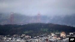 El puente Golden Gate cubierto de neblina durante una de las tormentas que han azotado el área de San Francisco, California.