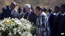 Presiden Haiti, Michel Martelly (kiri) dan mantan Presiden Bill Clinton menghadiri peringatan tiga tahun gempa dahsyat di kuburan massal korban gempa di Titanyen, Haiti (12/1).