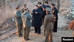 Pemimpin Korut, Kim Jong-Un (baju hitam, tengah) berbicara dengan para petinggi militer saat latihan perang Korea Utara (25/3). Sebagian besar warga Korsel menganggap Seoul tidak siap sepenuhnya untuk menanggapi aksi Korut.