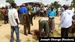 Polisi wa kagua mwili wa mtu aliyeuliwa na washambulizi katika kijiji cha Hindi, Lamu Kenya