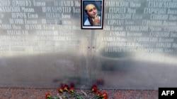 Hoa được đặt ở bức tường 'tưởng nhớ' nhà báo Arkady Babchenko tại ngôi nhà của ông ở Moscow, Nga, ngày 30/5/2018.