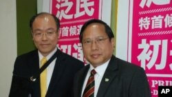 民主黨主席何俊仁(右)在泛民初選壓倒民協立法會議員馮檢基(左)獲勝