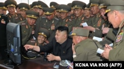 Lãnh tụ Triều Tiên Kim Jong Un giám sát qua máy tính một cuộc tập trận (ảnh tư liệu do KCNA công bố tháng 4/2014)