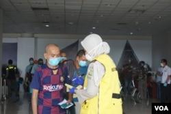Tenaga kerja Indonesia (TKI) saat tiba di Bandara Internasional Kualanamu, Deli Serdang, Sumatera Utara, Kamis 9 April 2020. (Foto: VOA/Anugrah Andriansyah)