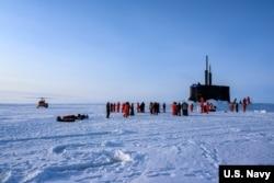 """资料照片:美国海军照片显示""""康涅狄格""""号核动力快速攻潜艇在北冰洋上浮出冰面参与演习。(2020年3月7日)"""