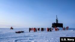 美国一艘攻击型潜艇在北冰洋上付出冰面参与演习(美国海军2020年3月7日照片)