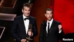 David Benioff (kiri) dan D.B. Weiss menerima penghargaan Emmy untuk Naskah Terbaik Serial Drama untuk serial TV 'Game of Thrones' yang tayang di HBO, Los Angeles, 20 September 2015.