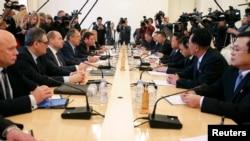 러시아를 방문 중인 북한 최룡해 노동당 비서(오른쪽 네번째)와 북한 특사단이 20일 모스크바에서 세르게이 라브로프 러시아 외무장관(왼쪽 네번째) 등 러시아측 대표단과 회담하고 있다.