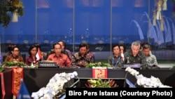 TT Indonesia Joko Widodo và Thủ Tướng Singapore Lý Hiển Long tại hội nghị các lãnh đạo ASEAN' ở Bali, Kamis, 11/10/2018. (Foto: Biro Setpres)