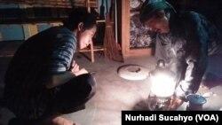 Staf Kampung Mataraman menghidupkan petromaks, lampu minyak yang dulu biasa dipakai masyarakat