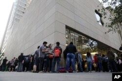 صف برای خرید آیفون ۶ جلوی مغازه اپل در شیکاگو