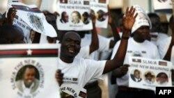 Hàng trăm ngàn người đã reo hò khi các binh sĩ kéo cờ Nam Sudan lên và hạ cờ của miền bắc xuống.