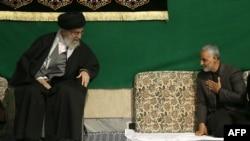 Аятола Алі Хаменеї з генералом Солеймані на церемонії в Тегерані у березні 2015 р.