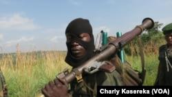 Un militaire des Forces armées de la RDC au visage masqué lors d'une opération contre les miliciens Maï-Maï dans le Parc de Virunga, Nord-Kivu, juin 2017 (VOA/Charly kasereka)
