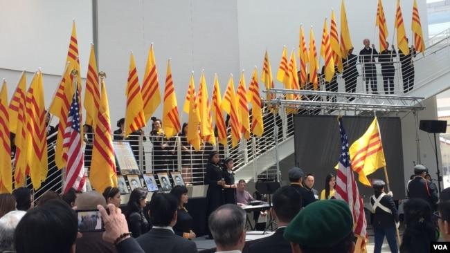 Dưới nhà vòm của Tòa Thị chính San Jose, Vietnamese-American Round Table đã tổ chức lễ tưởng niệm vào lúc 12 giờ trưa Ngày chủ Nhật 30/4 với sự tham dự của 300 đồng hương. (Hình: Bùi Văn Phú)