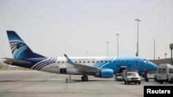 Một máy bay Egyptair tại sân bay quốc tế Cairo.