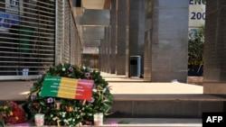 Une gerbe de fleurs déposée en mémoire des victimes de l'attaque devant l'hôtel Radisson Blu à Bamako, 24 novembre 2015.