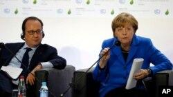 La canciller alemana, Angela Merkel, y el presidente francés Francois Hollande, durante la cumbre COP21 en París, el lunes, 30 de noviembre de 2015.