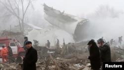 اولین تصاویر از هواپیمای سقوط کرده در شمال پایتخت قرقیزستان که ۱۵ خانه را از بین برده است.