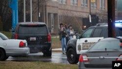 Des lycéens quittent l'établissement scolaire de Great Mills dans le Maryland, le 30 mars 2018.