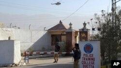 policiers pakistanais devant un centre de formation de la police qui a été attaqué à Quetta, au Pakistan, le 25 octobre 2016.