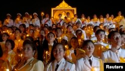 PM Thailand Yingluck Shinawatra (atas tengah) bergabung dengan warga yang membawa lilin untuk memberikan selamat dalam perayaan 64 Tahun Raja Bhumibol Adulyadej bertahta, di Bangkok, Senin (5/5).