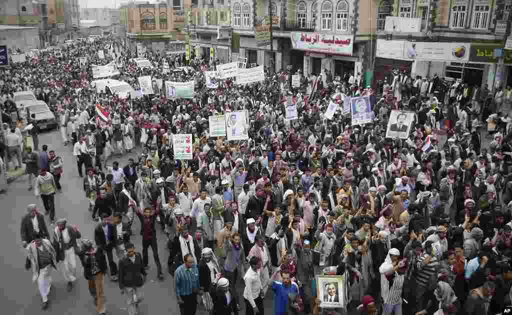 Thousands of protesters march during a demonstration demanding the prosecution of Yemen's President Ali Abdullah Saleh in Sanaa, Yemen, November 24, 2011. (AP)
