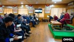 西藏精神领袖达赖喇嘛11月12日在达兰萨拉接见美国学生代表。