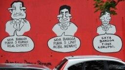 """Sebuah mural bertuliskan """"Saya Bangga Punya Tiga Rumah Mewah (Kiri), Saya Bangga Punya Lima Mobil Mewah (C), Saya Bangga Tidak Melakukan Korupsi"""", di dinding sebuah jalan di Jakarta pada tanggal 18 November 2009 .(Foto: AFP/Adek Berry)"""