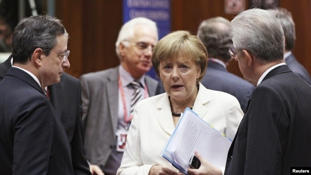 European Central Bank (ECB) President Mario Draghi (L) and Italy's Prime Minister Mario Monti (R) listen to Germany's Chancellor Angela Merkel during a European Union leaders summit in Brussels June 29, 2012.