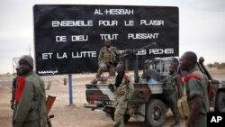 Des soldats maliens sont stationnés à l'entrée de Gao, dans le nord du Mali, 28 janvier 2013.