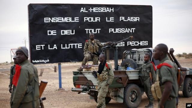 Binh sĩ Mali được bố trí tại lối vào thành phố Gao.
