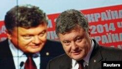 Tổng thống Ukraine Petro Poroshenko phát biểu trước truyền thông trong một cuộc họp báo ở Kiev, ngày 26/10/2014. Kết quả ban đầu cho thấy khối chính trị của Tổng thống Poroshenko và đảng Mặt trận Bình dân của Thủ tướng Arseniy Yatsenyuk dẫn xa các đối thủ.
